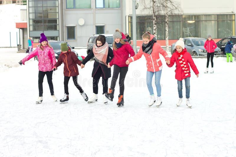 Grupa dziewczyny trzyma ręk jeździć na łyżwach obrazy royalty free