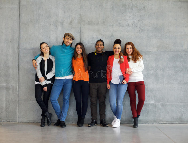 Grupa eleganccy młodzi studenci uniwersytetu obraz royalty free