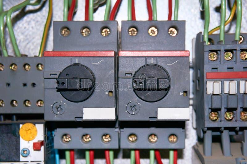 Grupa elektryczni luzowania z związanymi drutami zdjęcia stock