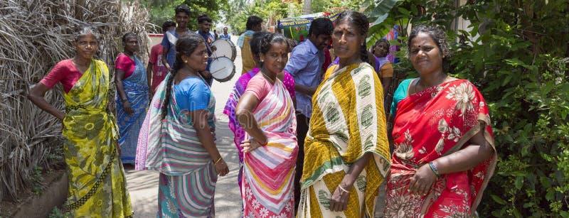Grupa Hinduskie Indiańskie kobiety Jest ubranym Kolorowego sari ` s odprowadzenia puszek ulica obraz stock