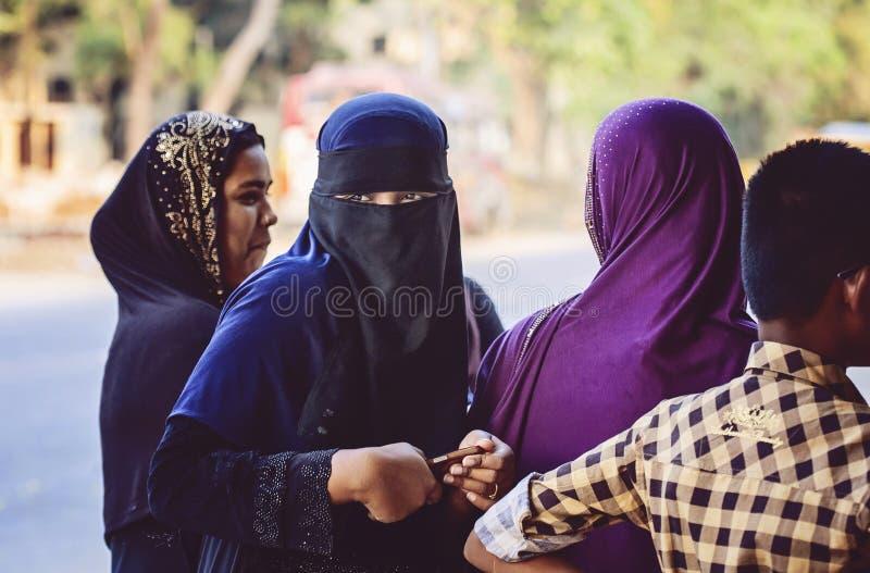 Grupa Indiańskie dziewczyny z tradycyjnymi ubraniami odnosić sie ich religia zdjęcia stock