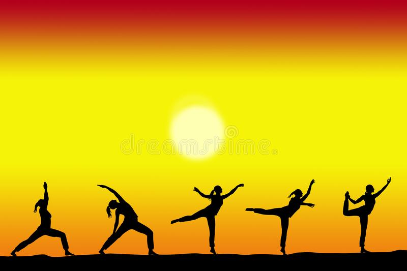 Grupa joga żeńskie sylwetki z zmierzchem na tła i kopii przestrzeni dla twój teksta zdjęcia stock