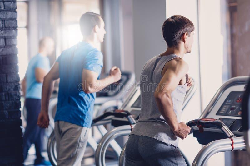 Grupa jogging na karuzeli młodzi człowiecy robi obraz stock