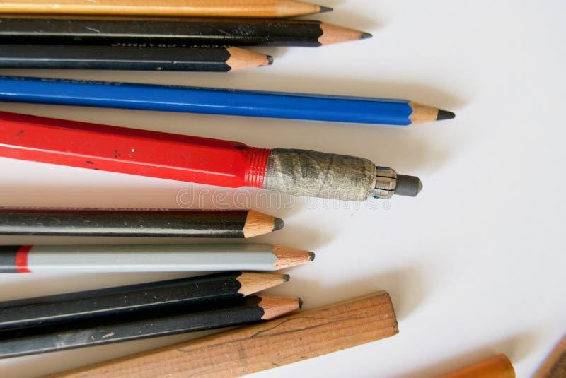 Grupa kłama na białym tle kilka różni grafitowi artysty ` s ołówki obrazy royalty free