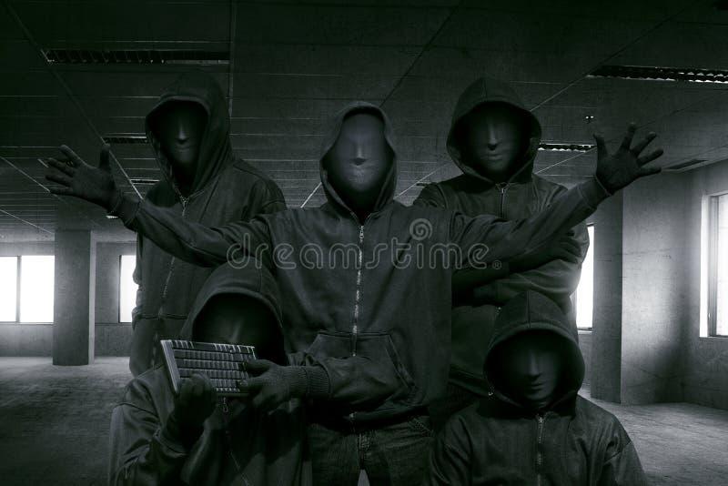 Grupa kapturzasty hacker z maskową pozycją fotografia stock