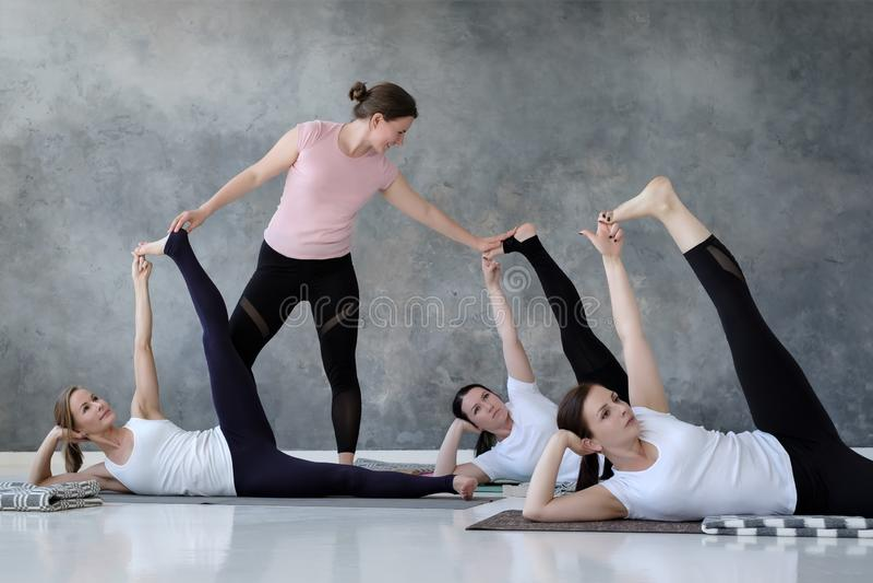 Grupa kilka europejskie kobiety robi joga pozuje anantasana fotografia royalty free