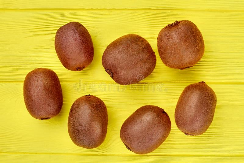 Grupa kiwi owoc na drewnianym tle zdjęcie stock