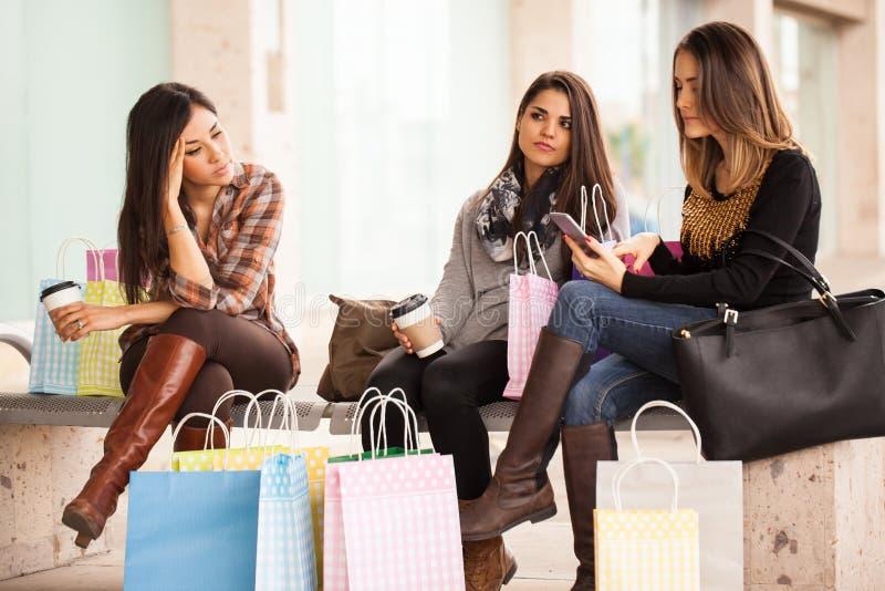 Grupa kobiety męczył zakupy w centrum handlowym fotografia stock