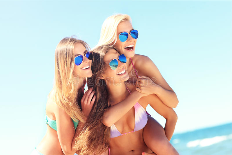 Grupa kobiety ma zabawę na plaży obraz stock