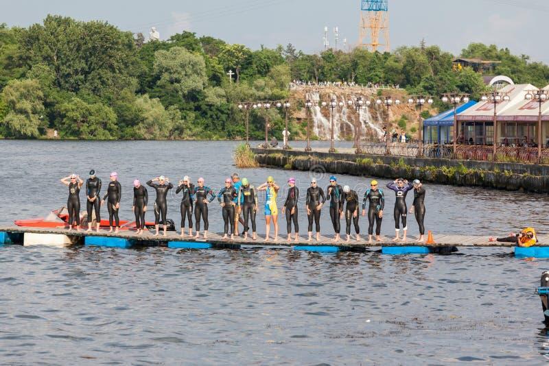 Grupa kobiety przygotowywać skakać w wodę zdjęcia stock