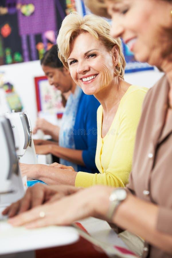 Grupa kobiety Używa Elektryczne Szwalne maszyny W klasie zdjęcie royalty free