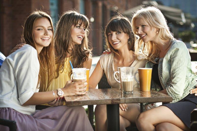 Grupa kobiety w sklep z kawą obrazy royalty free