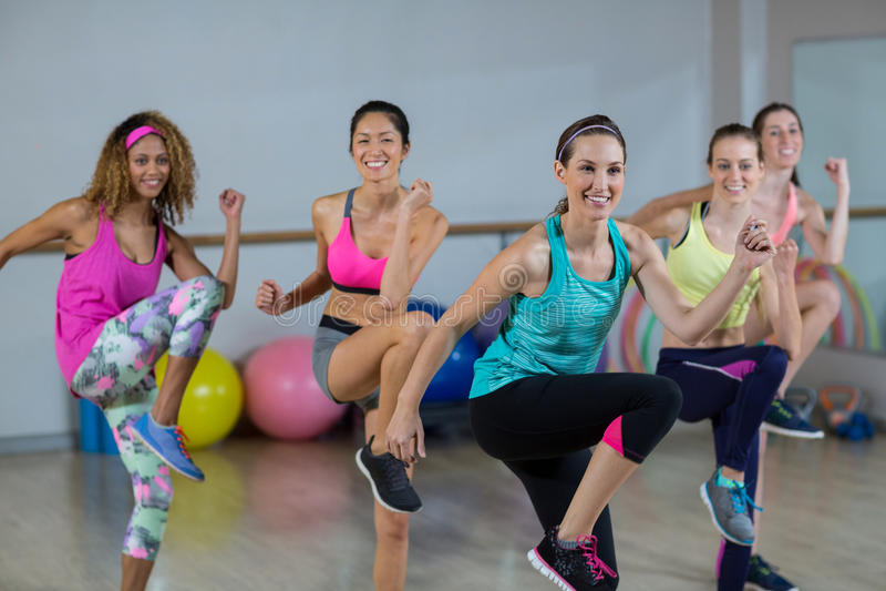 Grupa kobiety wykonuje aerobiki zdjęcie stock