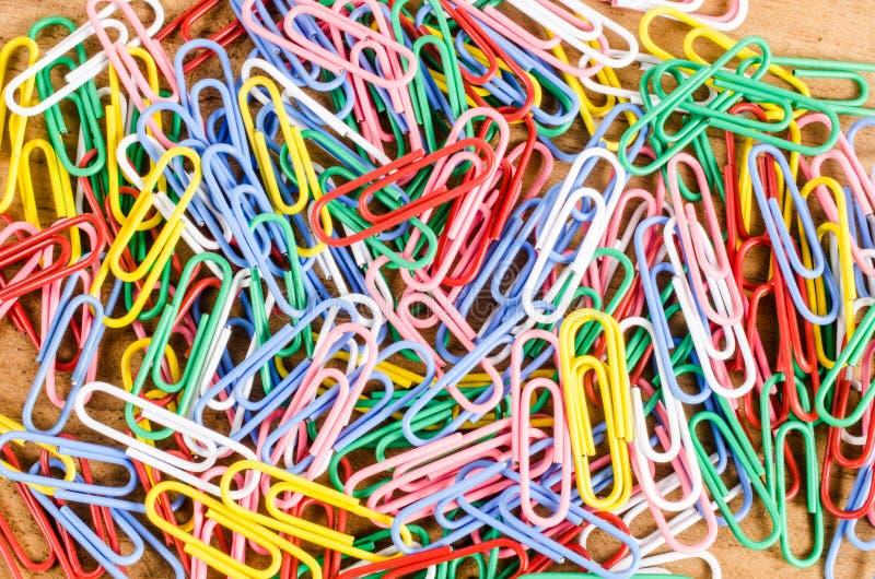 Download Grupa Kolorowa Papierowa Klamerka Na Drewnianej Desce Zdjęcie Stock - Obraz złożonej z szpilka, drewniany: 53786582