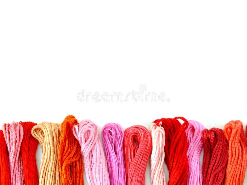 grupa kolorowe cewy szwalnej nici odgórny widok na białym tle zdjęcie stock