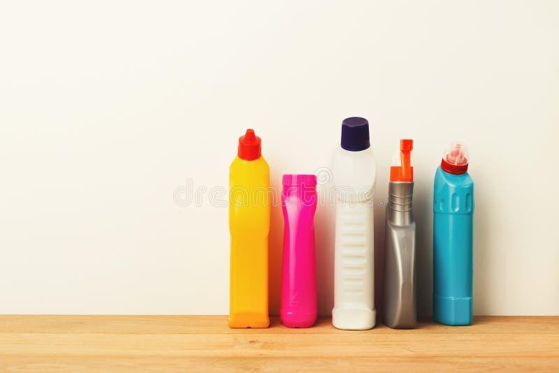 Grupa kolorowi cleaning produkty na białym tle obraz stock