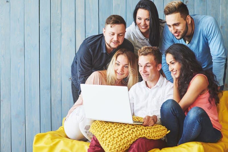 Grupa kreatywnie młodzi przyjaciele Wiesza Ogólnospołecznego Medialnego pojęcie Ludzie Wpólnie Dyskutuje Kreatywnie projekt Podcz zdjęcie royalty free