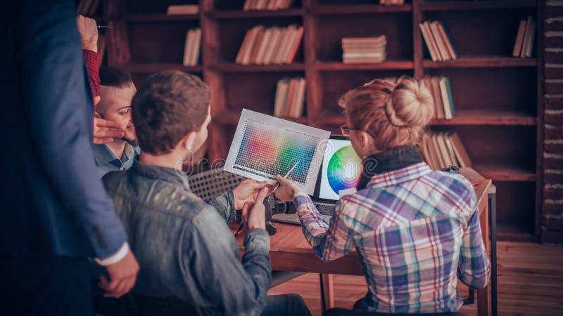 Grupa kreatywnie projektanci dyskutuje kolor paletę w moder fotografia royalty free