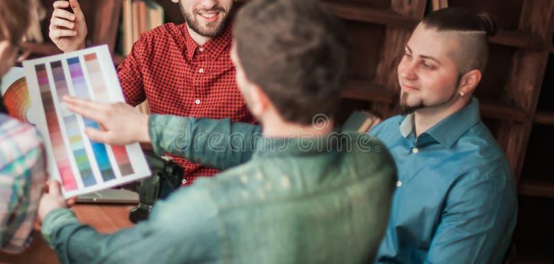 Grupa kreatywnie projektanci dyskutuje kolor palet? w moder fotografia royalty free