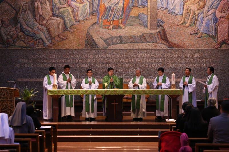 Grupa ksiądz katolicki i siostry w Świętym msza obraz stock