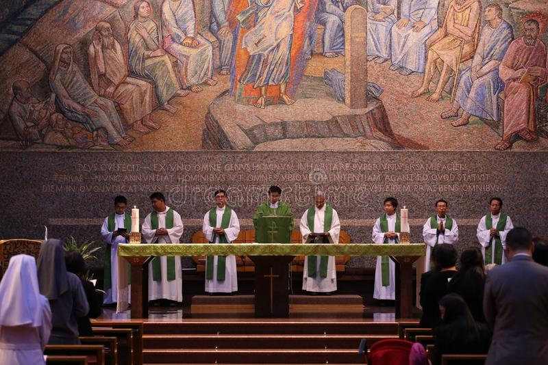 Grupa księża katoliccy i siostry w Świętym msza obraz royalty free