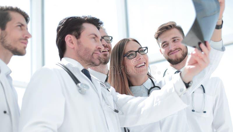 Grupa lekarki dyskutuje promieniowanie rentgenowskie obraz stock