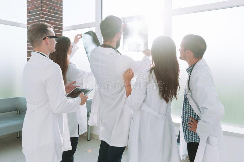 Grupa lekarki patrzeje pacjenta promieniowanie rentgenowskie zdjęcia royalty free