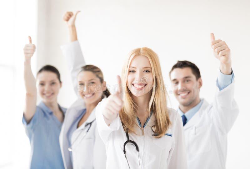 Grupa lekarki pokazuje aprobaty obrazy stock