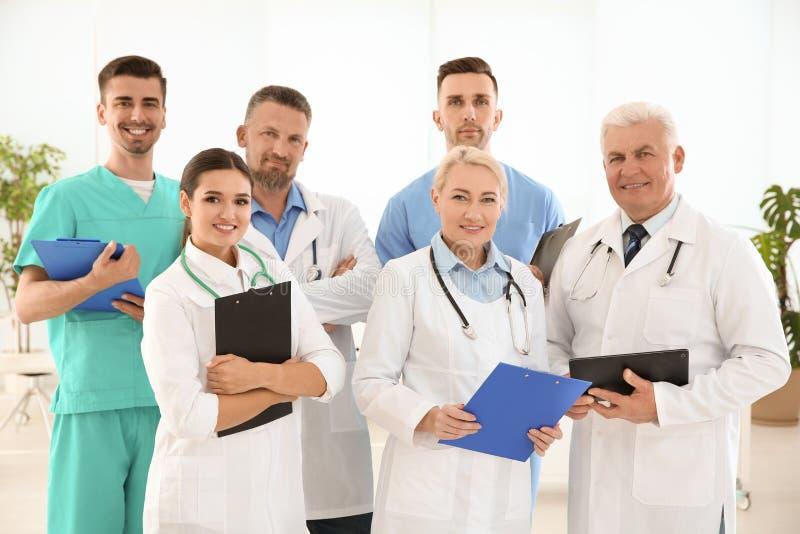 Grupa lekarki w mundurze przy kliniką obraz royalty free