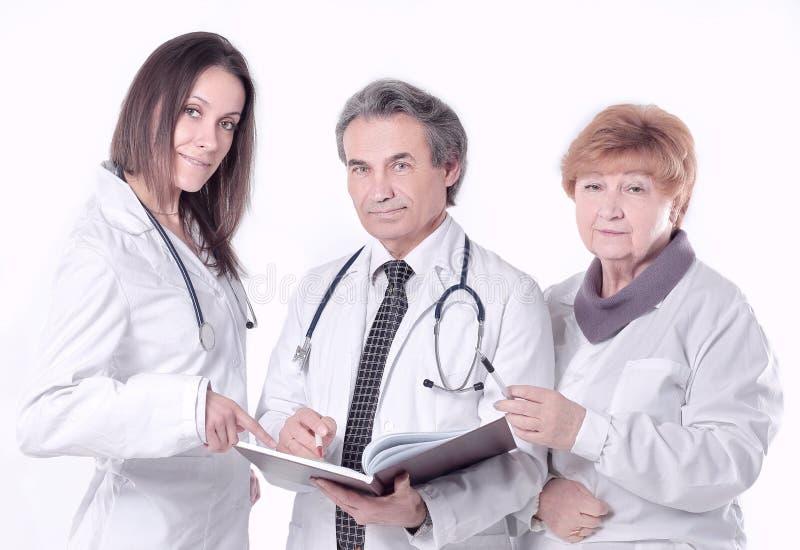 Grupa lekarki z dokumentami pojedynczy białe tło fotografia stock