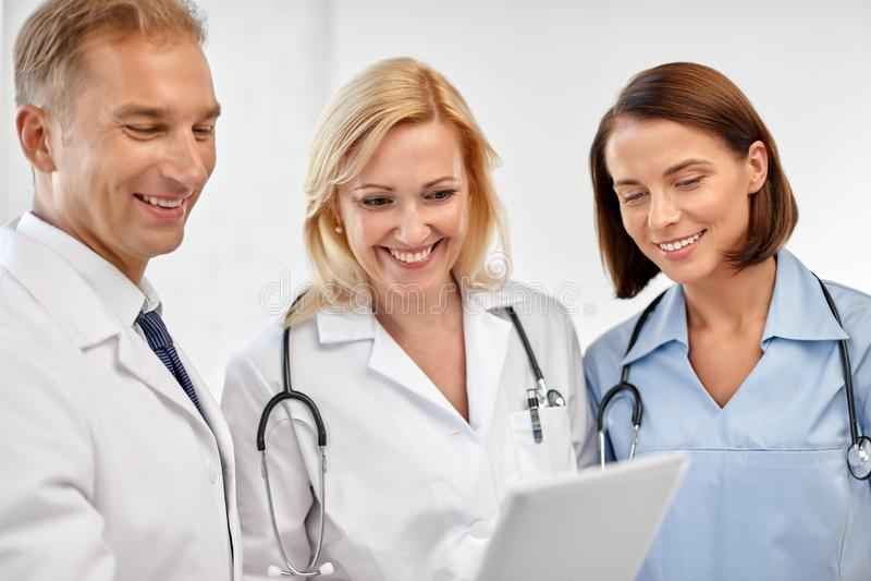 Grupa lekarki z pastylka komputerem przy szpitalem fotografia royalty free