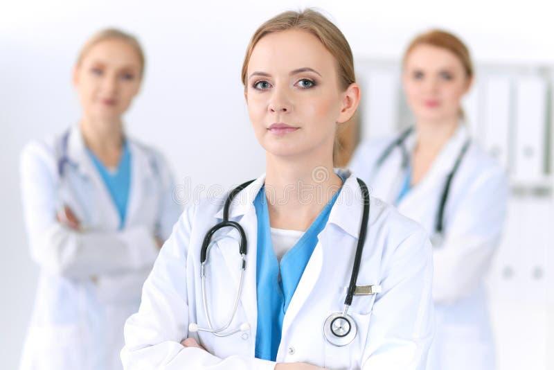 Grupa lekarzi medycyny stoi przy szpitalem Drużyna lekarzi przygotowywający pomagać pacjenta opieki zdrowie medycyna zdjęcia stock