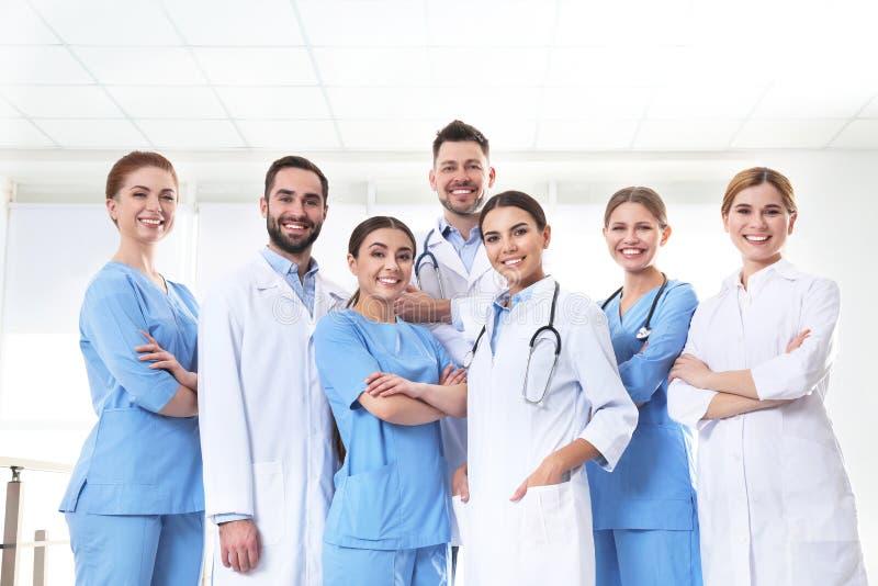 Grupa lekarzi medycyny t?a b??kitny poj?cia ludzie sylwetek nieba jedno?ci obraz royalty free