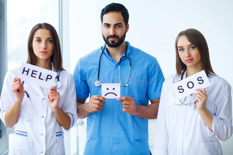 Grupa lekarzi praktykujący centrum medyczne obraz stock
