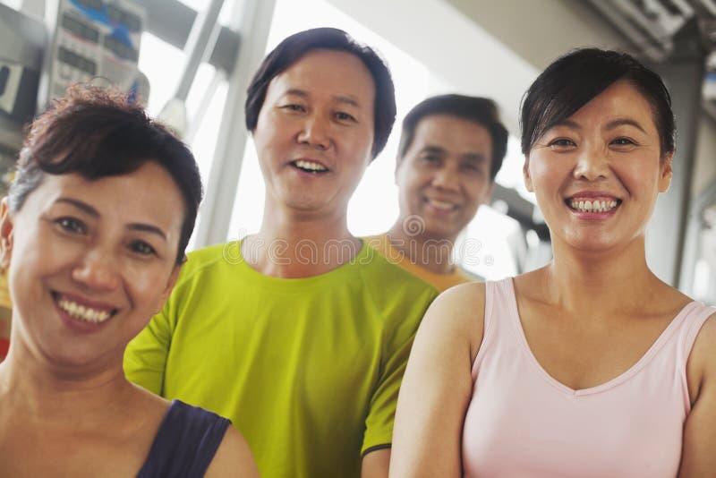 Grupa ludzi ćwiczy w gym, portret zdjęcie royalty free