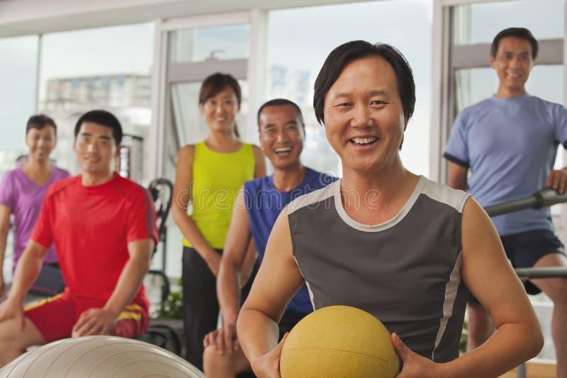 Grupa ludzi ćwiczy w gym, portret obraz royalty free