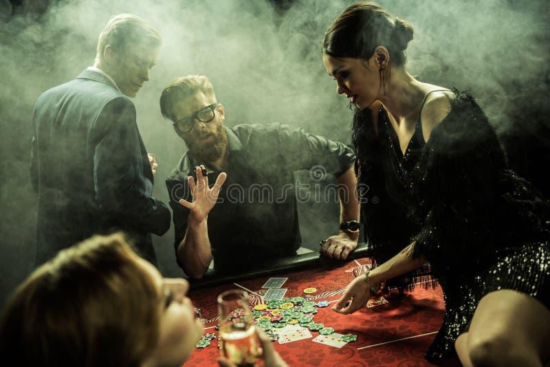 Grupa ludzi bawić się grzebaka w kasynie wpólnie obrazy royalty free