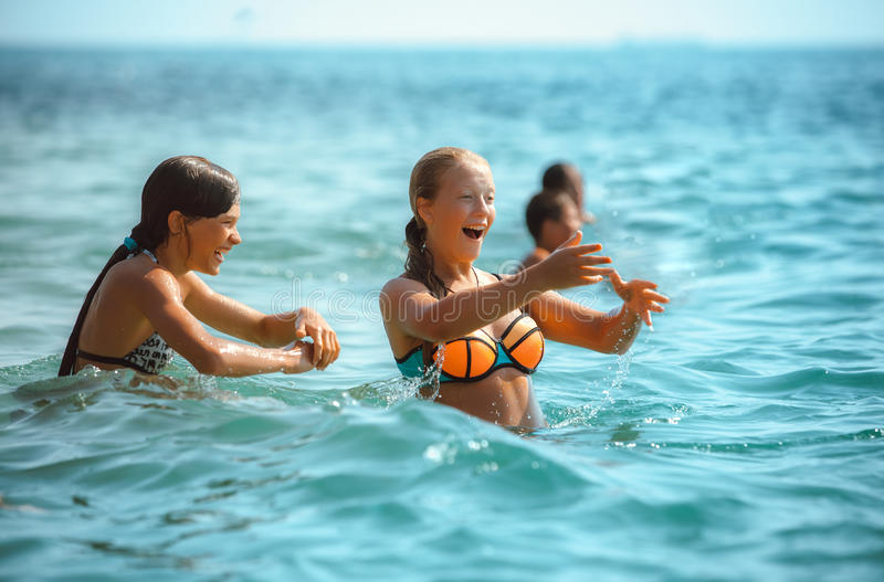 Grupa ludzi bawić się w morzu fotografia royalty free