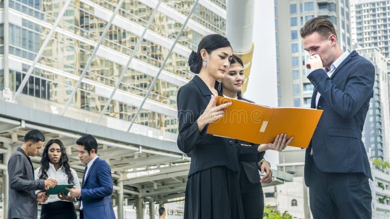 Grupa ludzi biznes w mądrze kostiumu spotkaniu przy plenerową miasto przestrzenią fotografia royalty free