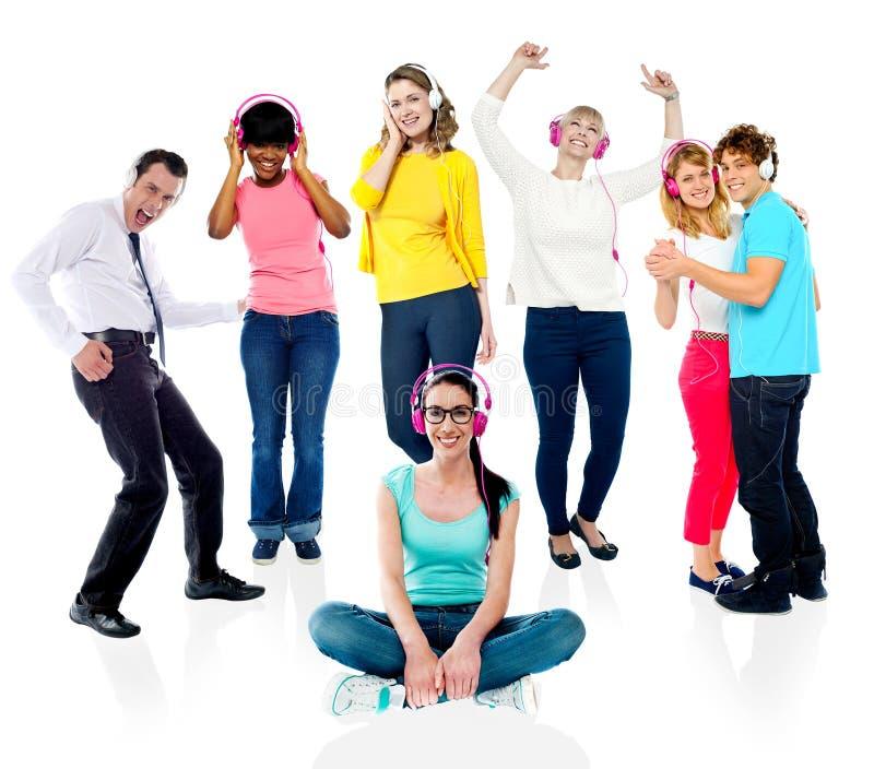 Grupa ludzi cieszy się muzykę zdjęcia royalty free