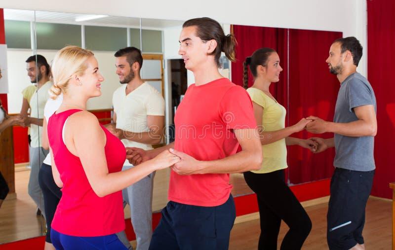 Grupa ludzi dancingowy salsa w studiu fotografia stock