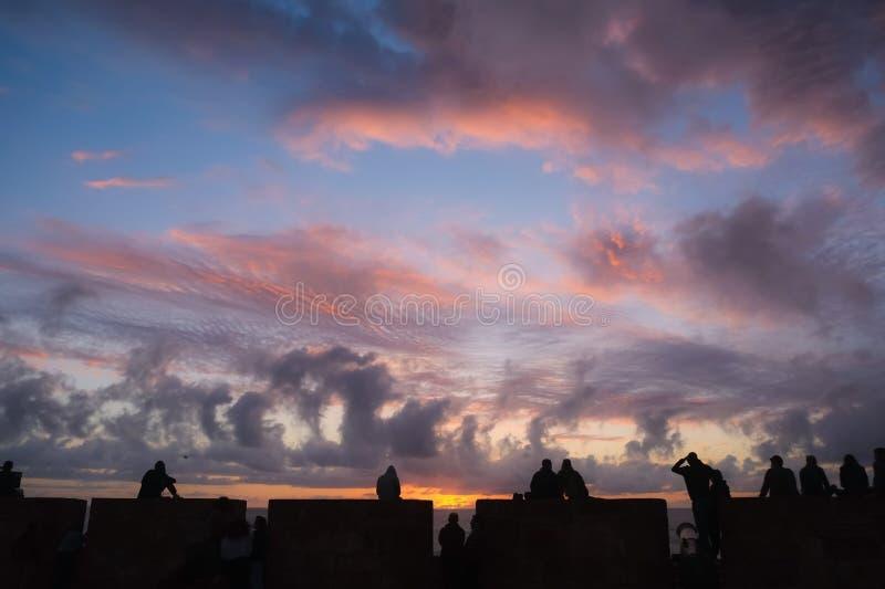 Grupa ludzi dopatrywania zmierzch przy Essaouira, Maroko obrazy royalty free