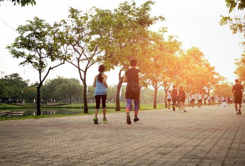 Grupa ludzi jogging w parku fotografia stock