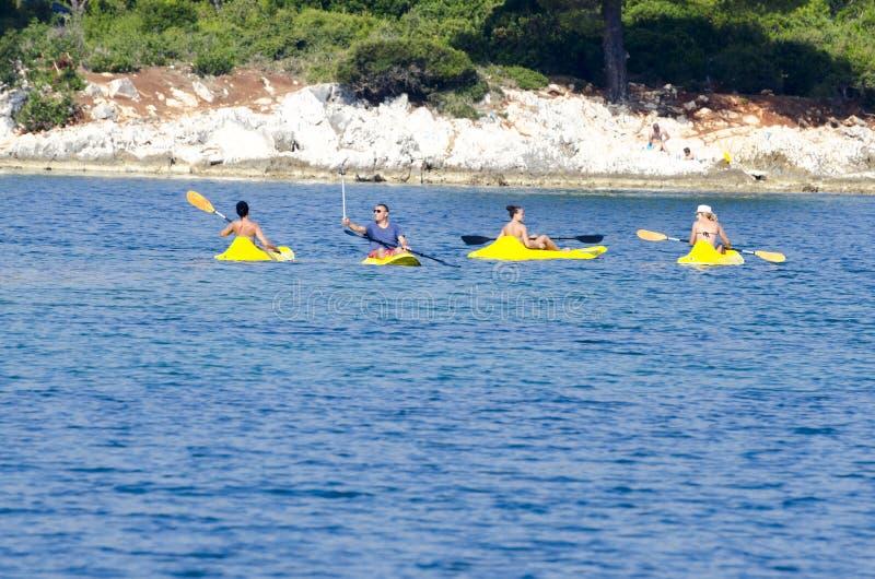 Grupa ludzi kayaking na morzu fotografia royalty free
