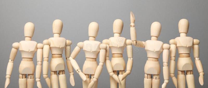 Grupa ludzi komunikuje pytania i pyta, rozwi?zuje problem Nastroszona r?ka w g?r?, pytanie obrazy royalty free