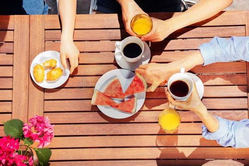 Grupa ludzi ma śniadanie wpólnie outdoors zdjęcie stock