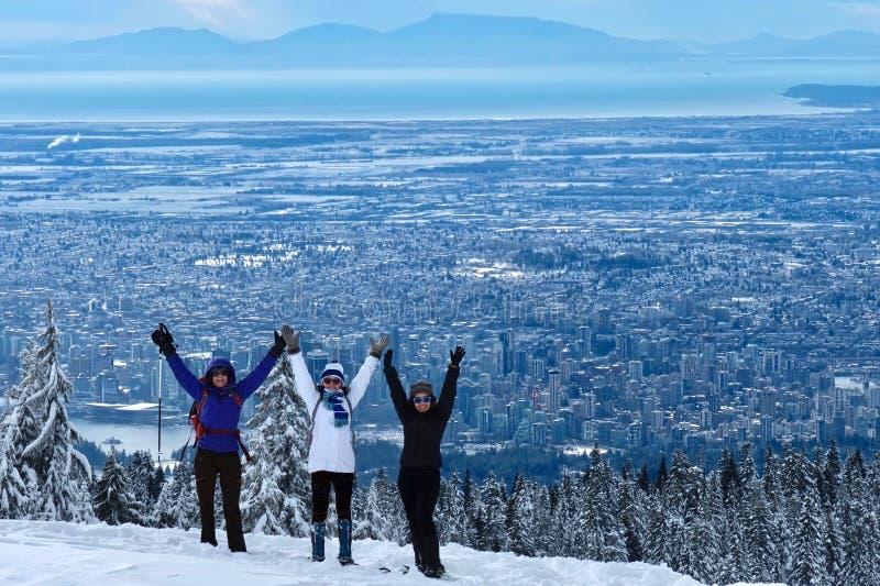 Grupa ludzi ma zabawę wycieczkuje blisko Vancouver w górach obraz stock