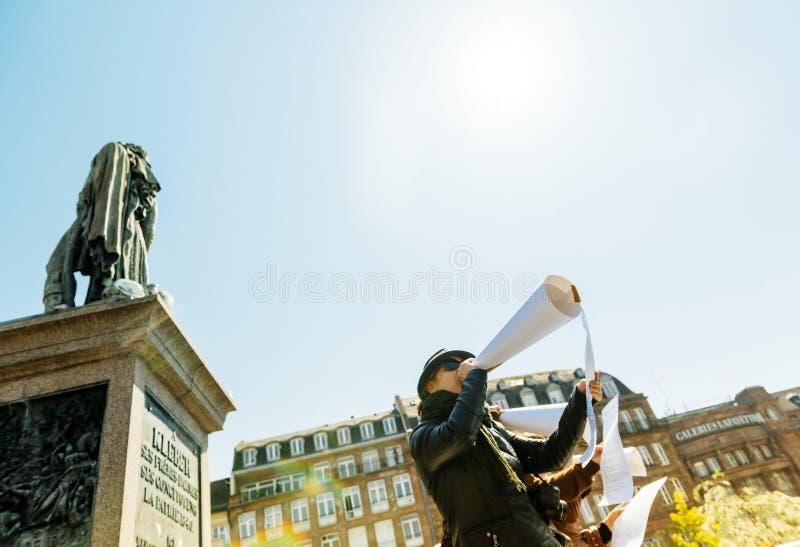 Grupa ludzi opowiada w megafonach przy protestem obrazy stock