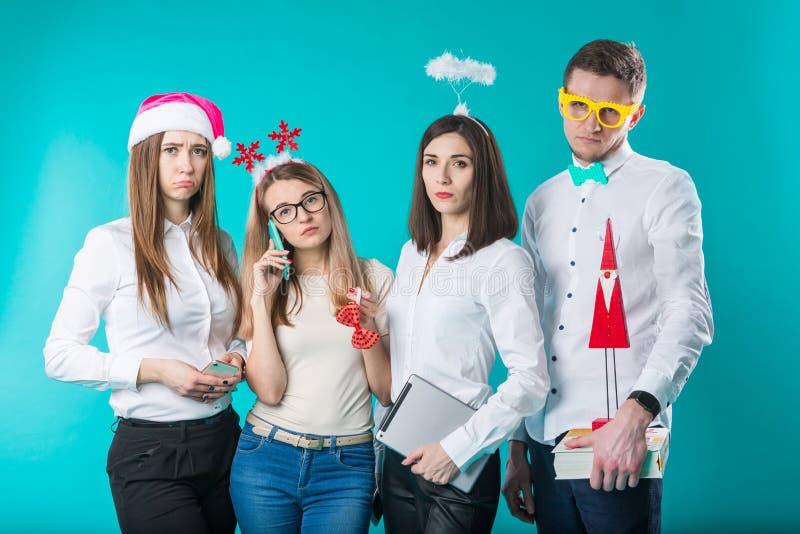 Grupa ludzi personel 4 ludzie Smutny nowego roku przyjęcie w biurze Kaukascy ludzie są młodzi nieradzi, smutny obraz royalty free