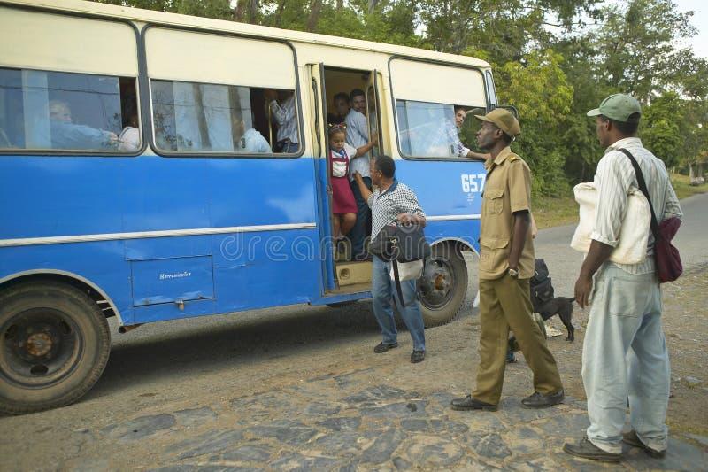 Grupa ludzi podróżuje w autobusie w Valle De Viï ¿ ½ ales w środkowym Kuba, zdjęcia royalty free
